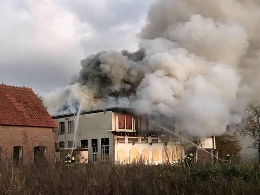 Een grote uitslaande brand in een pand aan de Eindhovenseweg in Boxtel.