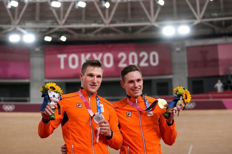 Jeffrey Hoogland met zilver (links) en Harrie Lavreysen, rechts met goud. De twee Nederlanders maakten er vrijdag een bijzonder fraaie finale van in Tokio. Beeld AP