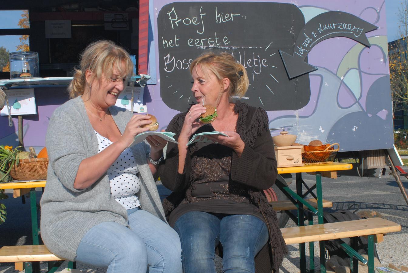 Jane Versteegden en Janine Tiebosch genieten van het Bosche Bolletje Gezond.