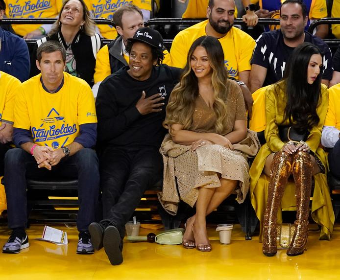 Nicole Curron est à droite de Beyoncé.