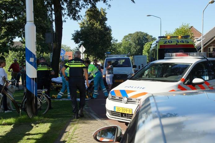 Ambulance en politie op de plaats van de botsing.