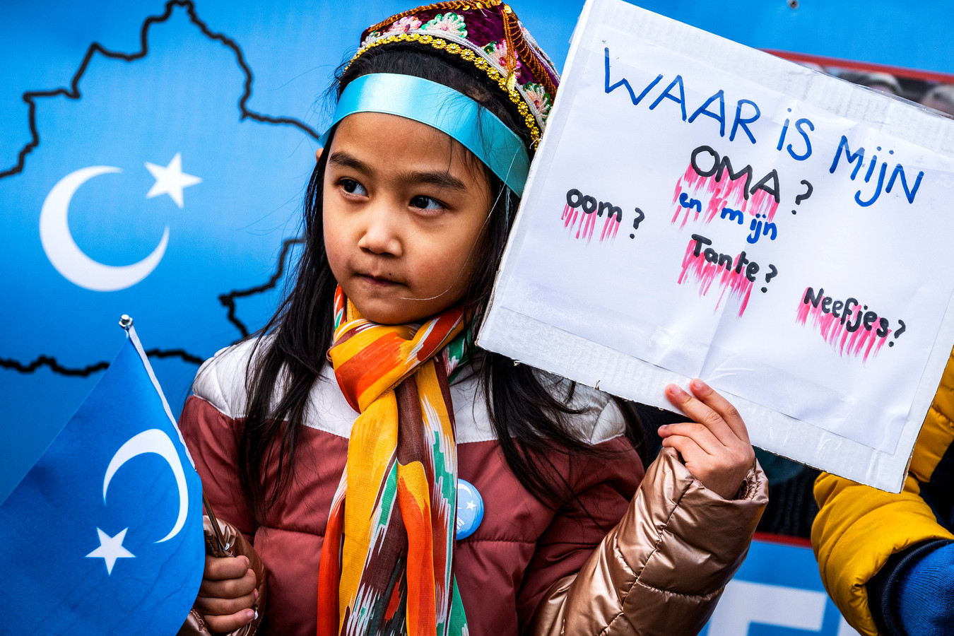 Protest van Oeigoeren op de Dam in Amsterdam eind 2019. Ze demonstreren tegen het feit dat de moslim-minderheid in het westen van China het leven moeilijk wordt gemaakt.