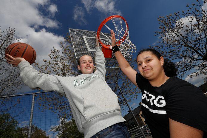 De wens van Marten Golding (14) en Zara Bingöl (15) uit Zevenaar gaat in vervulling: er komen nieuwe baskets.