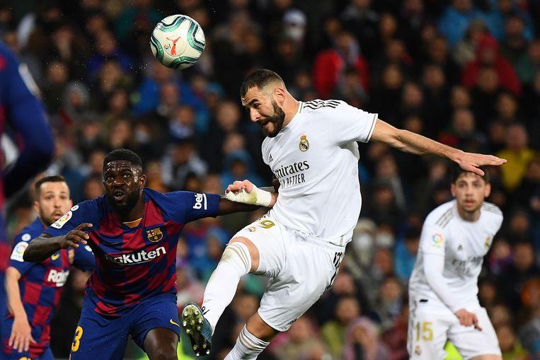 Real Madrid-spits Karim Benzema kopt naar het doel van Barcelona. Beide clubs zien wel iets in een gesloten topcompetitie. Beeld AFP