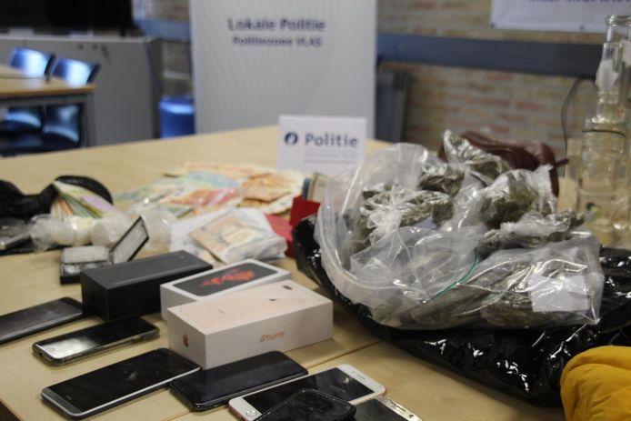 Bij acht huiszoekingen werd toen heel wat bezwarend materiaal gevonden, waaronder cannabis en smartphones.
