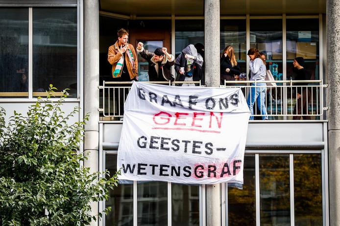 Een groep studenten bezette het P.C. Hoofthuis, een gebouw van de Universiteit van Amsterdam (UvA), om actie te voeren tegen bezuinigingen van het kabinet en uitholling van het onderwijs.
