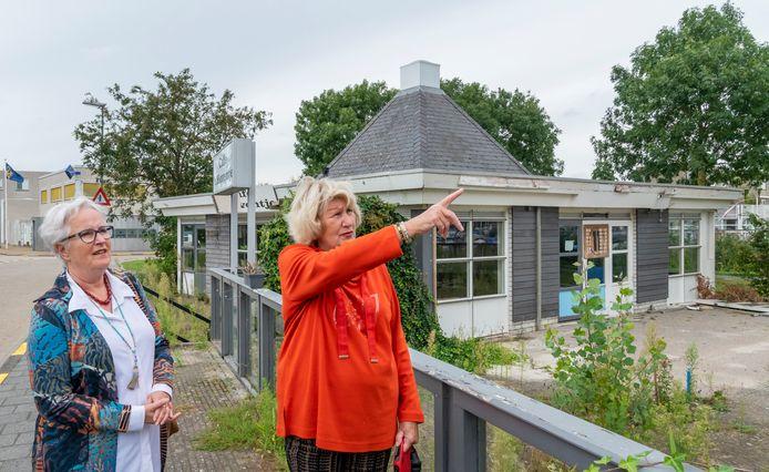 Sylvia van Ommen (r) en Gitta van der Stap treden op als woordvoerders van omwonende die tegen de komst van een hoge woontoren zijn.