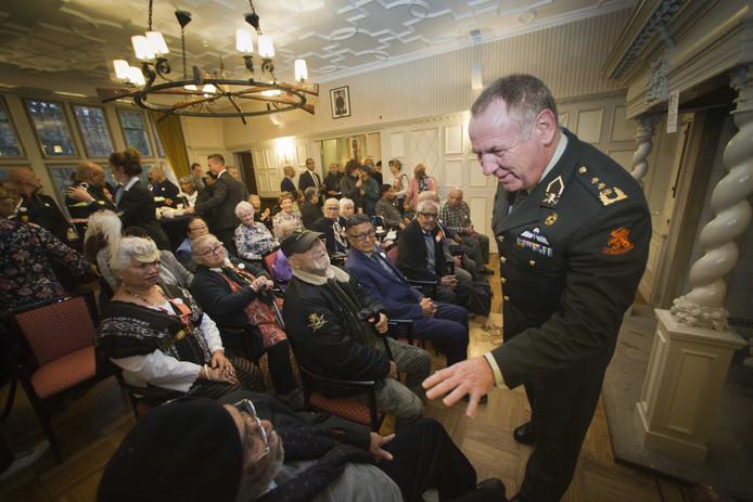 Luitenant-generaal Hans van Griensven, ontving onlangs nog als blijk van goede wil Molukse KNIL veteranen.