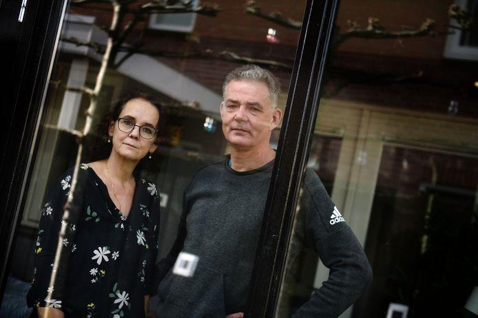 Bertil en Maureen Pepers in hun woonkamer aan de Bornsestraat, veilig verscholen achter het glas. Ook zoon Daniël is besmet, Xander is nog de enige die niet ziek is.