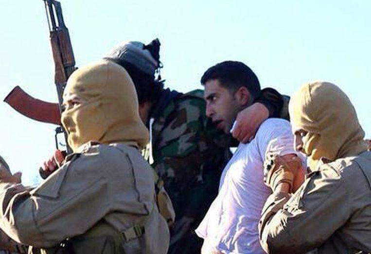 Een foto van de piloot van de straaljager (in het wit), die IS op hun website plaatste. Beeld afp