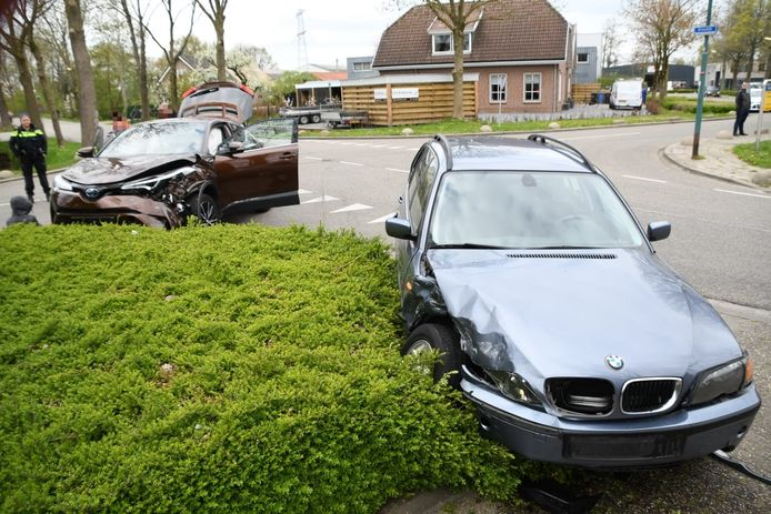Beide auto's raakten flink beschadigd.