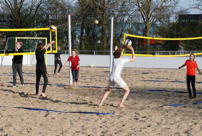 Het zand biedt uitkomst voor deze volleyballers.