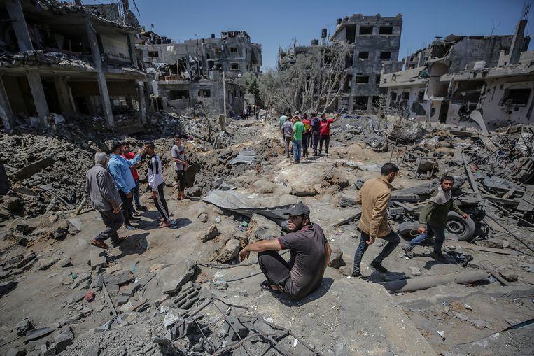 Palestijnen onderzoeken hun hun huizen nadat deze door luchtraketten zijn verwoest.  Beeld EPA