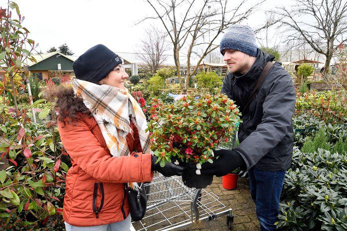 Robin Bakker uit Eemnes en zijn vriendin Raheleh Gholampour uit Amersfoort zoeken planten voor in de voortuin van het nieuwe huis van Robin.