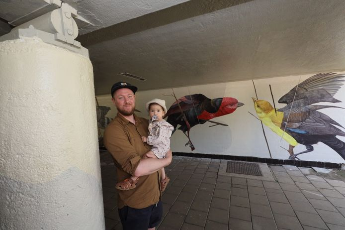 Joram Roukes met zijn dochter Nina op de arm in het tunneltje onder de Boutenslaan.