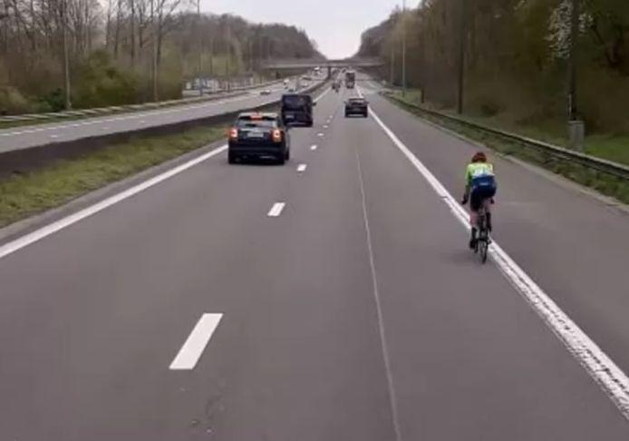 Olivija Baleisyte belandt tijdens de Brabantse Pijl tussen het drukke autoverkeer.