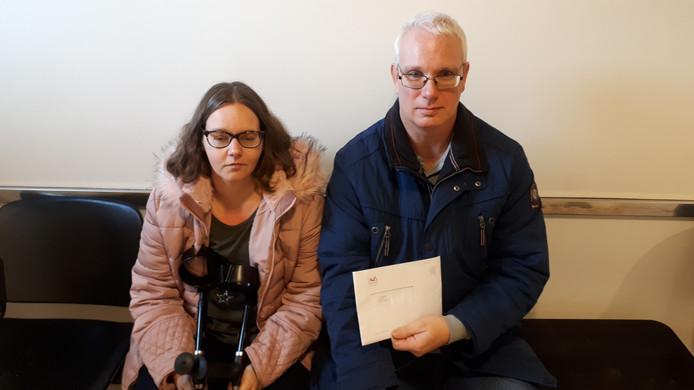 Cynthia en Jan Telegenhof in de gang van het gerechtsgebouw: 'Ik vertrouwde die bewindvoerder vanaf de kennismaking al niet.'