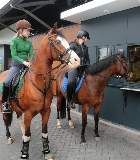 Te paard door de drive-through: 'Hallo! Een portie sappige appels-to-go graag...'
