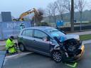 De auto reed met zijn rechtervoorzijde op de linkerachterzijde van de vrachtwagen.