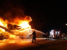 Vrachtwagen in brand voor verkeerslicht in Dongen