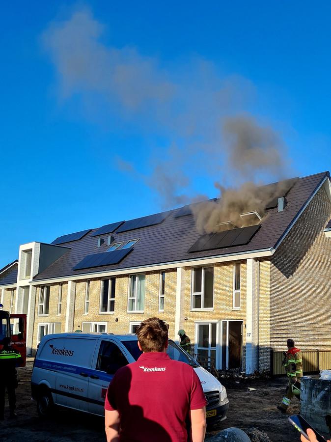 De brandweer opende alle ramen om de vele rook te laten ontsnappen.