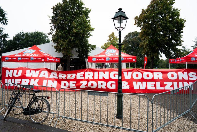 Actievoerders uit de zorg hebben een spandoek opgehangen in de Koekamp in Den Haag. Beeld Hollandse Hoogte /  ANP