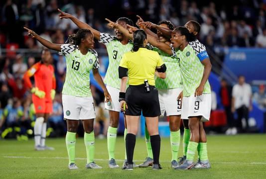 De Nigeriaanse vrouwen zijn het niet eens met de beslissing van de scheidsrechter uit Honduras.