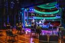 De omgekeerde wereld in theater Odeon: bezoekers zitten op het podium, samen met de artiesten. De lege zaal dient als decor. Zondagmiddag traden de Sekszusjes op. Het was de eerste voorstelling sinds de versoepeling van de coronamaatregelen.