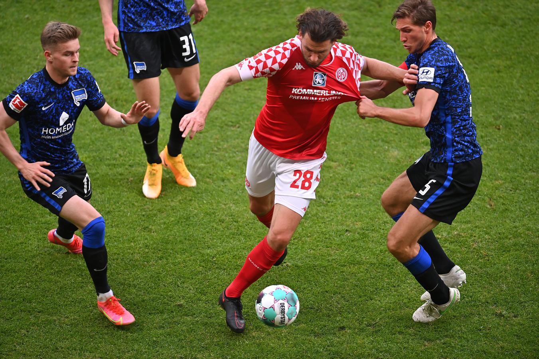 Stark (r) probeert Mainz-aanvaller Adam Szalai af te stoppen.