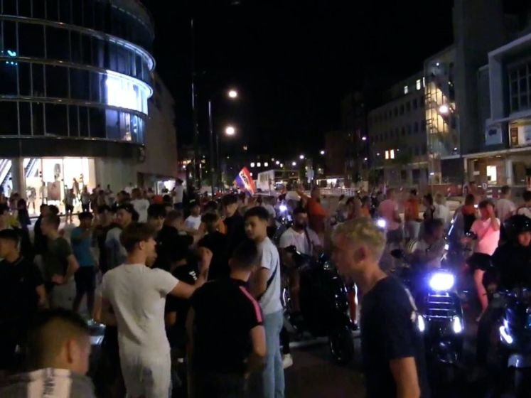 Twentse Oranjefans vieren feestje op straat na groepswinst