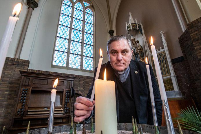 Pastoor Ronald Cornelissen van de Heilige Lebuinus parochie, hier in de Sint Nicolaaskerk in Lettele.