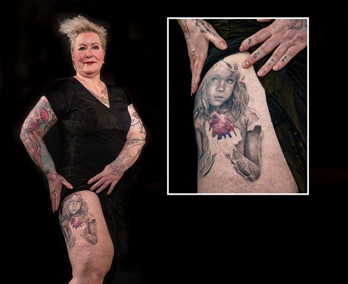 Marely Aaltink toont haar tatoeage.