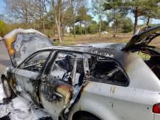 Auto in vlammen op na brand tijdens rit in Bruinehaar, bestuurder ongedeerd
