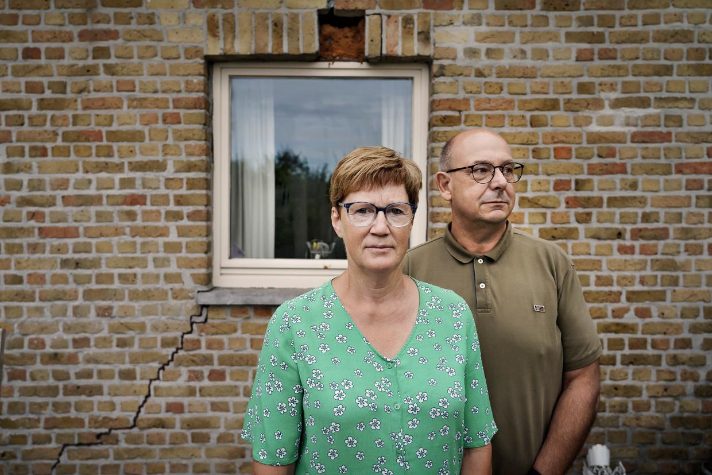 Eddy Willockx en Martine De Vuyst voor hun huis vol scheuren en barsten.  Beeld Eric de Mildt