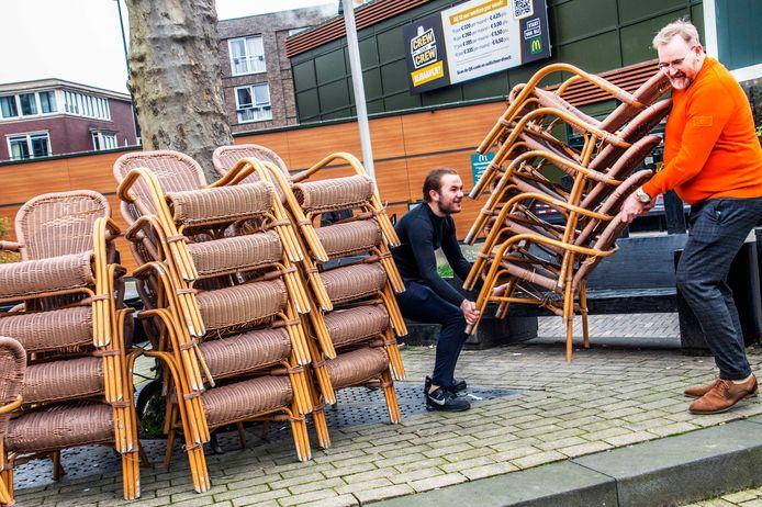Voorlopig doen zo'n 85 Tilburgse horecabazen mee aan de actie, overal in de stad komen terrasjes weer voor de deur te staan, afgezet met linten.