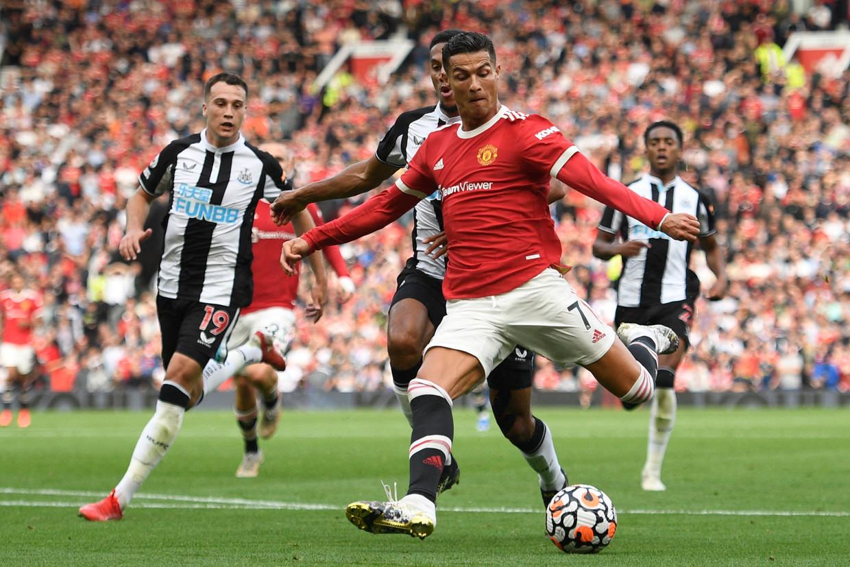 Manchester Uniteds Cristiano Ronaldo knalt de bal binnen tegen Newcastle. Beeld AFP