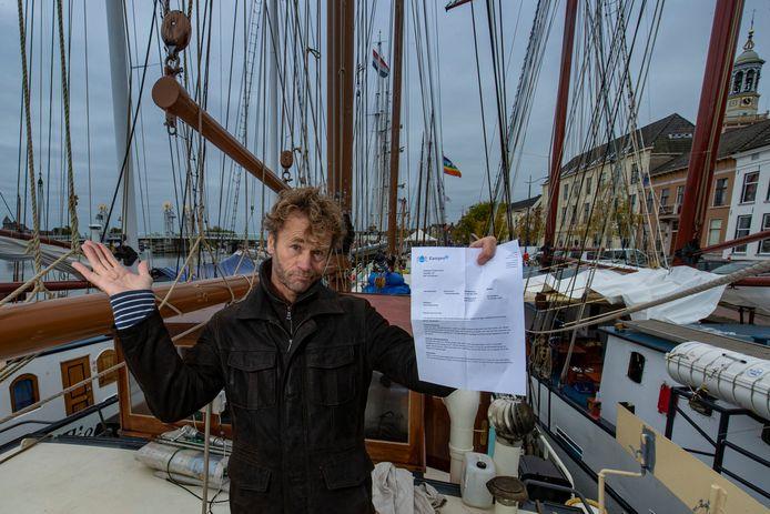 Kampen verhoogt de toeristenbelasting met vijftig procent. En daar is niet iedereen blij mee. Schipper Henri van Dijk van de Pouwel Jonas is woedend.