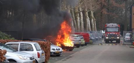 Auto vat spontaan vlam en brandt uit bij Combinatie Jeugdzorg in Eindhoven