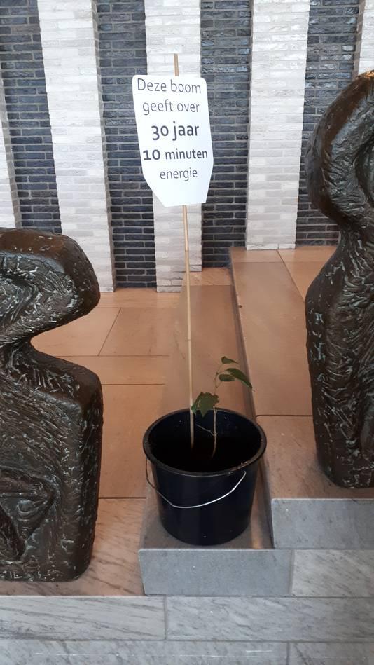 Ludiek protest van de bezoekers van de hoorzitting over de biomassacentrale in Arnhem.