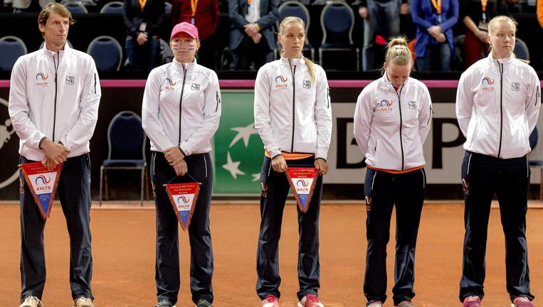 (VLNR) Coach Paul Haarhuis, Michaella Krajicek, Arantxa Rus, Richel Hogenkamp en Kiki Bertens poseren met het vaandel tijdens de tennis Fed Cup wedstrijd tussen de vrouwen van Nederland en Slowakije. Beeld anp