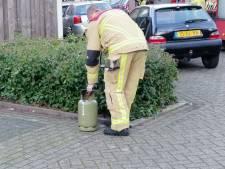 Brandweer in Hengelo in actie voor brandende gasfles
