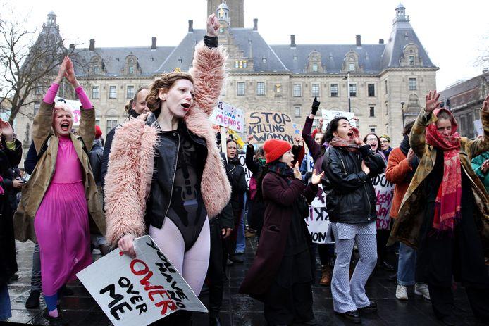 Vorig jaar kwamen zo'n honderd vrouwen samen tijdens de Slutwalk om een halt toe te roepen aan seksueel geweld en 'victim blaming'.