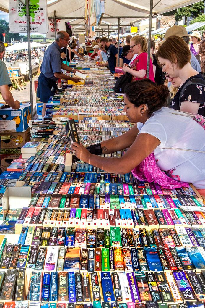 Speuren en struinen op de Deventer boekenmarkt.