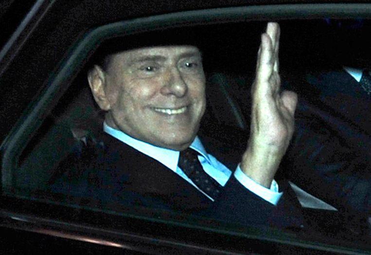 Berlusconi verlaat het kantoor van president Napolitano, gisteren. Beeld REUTERS