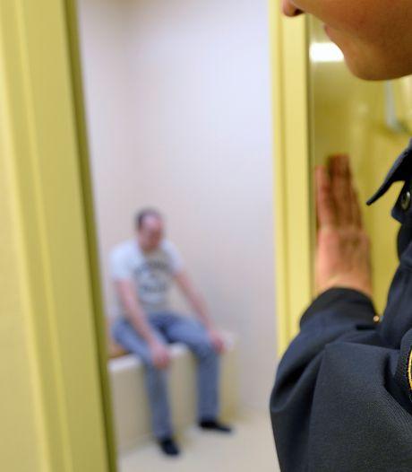 Wageninger betrapt tijdens jatten verkeersbord, beledigt politieagenten en moet nachtje brommen