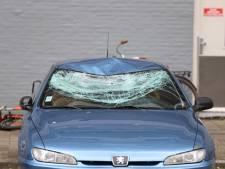 Auto beschadigd door vallende isolatieplaten in Delft