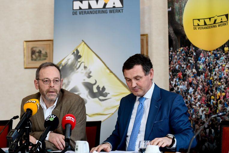 Peter De Roover en Karl Vanlouwe stelden deze ochtend de plannen van N-VA voor. Beeld BELGA