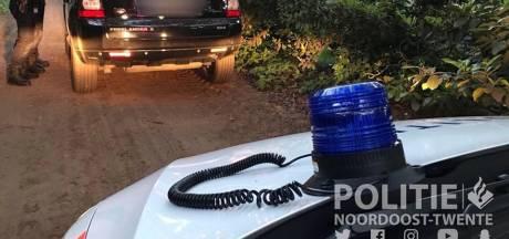 Duitsers rijden met zwaailicht op auto in Reutum, politie grijpt in