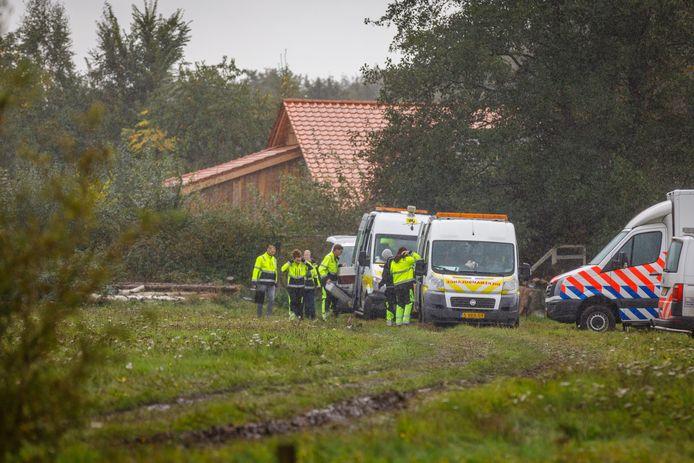 RUINERWOLD - Dierenbescherming aanwezig bij de boerderij aan de Buitenhuizerweg, waar jarenlang een gezin verborgen leefde Martijn Bijzitter
