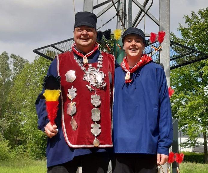 Micha Claus (links) is de nieuwe koning van de Koninklijke Handbooggilde Sint-Sebastiaan in Edegem.
